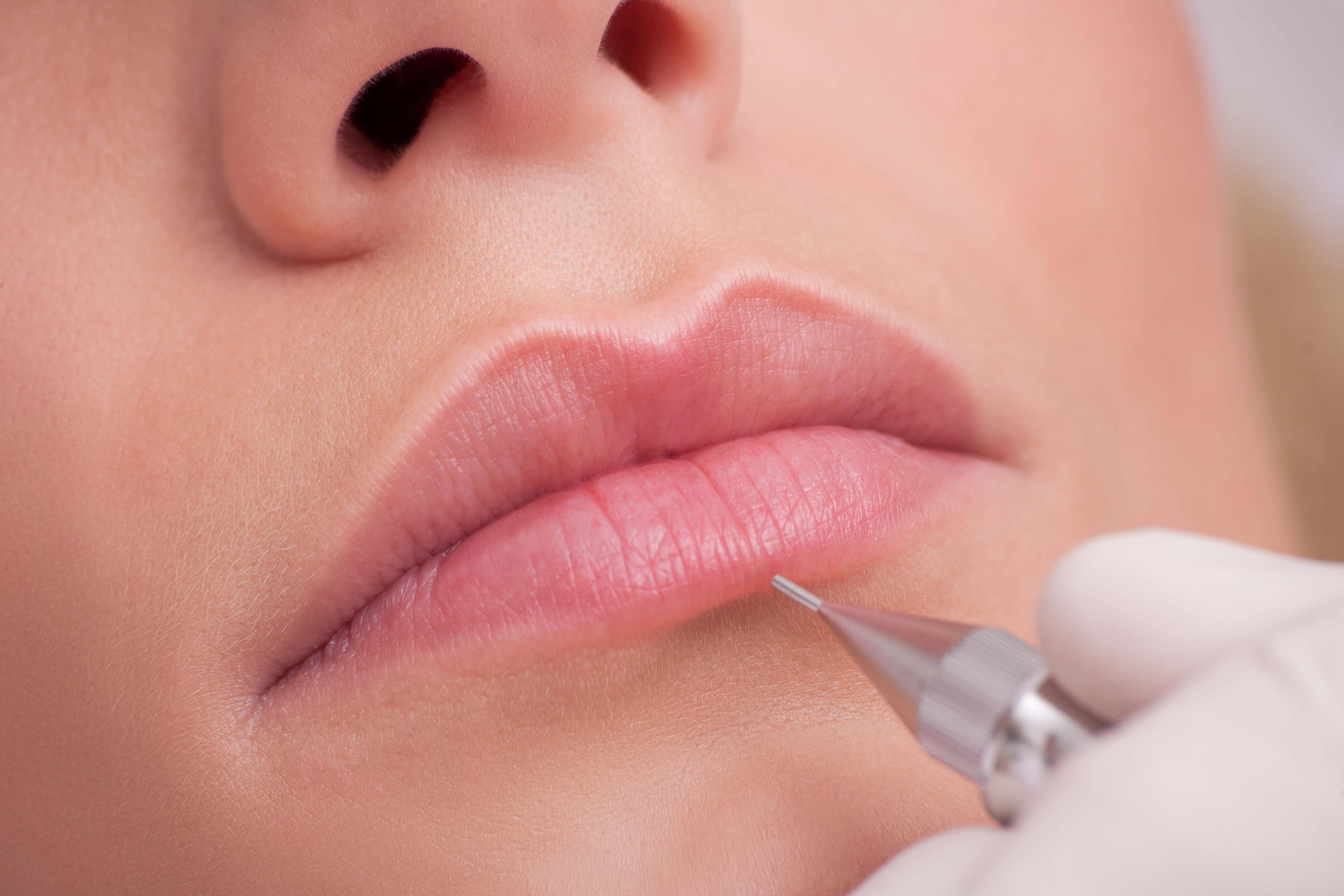 Нанесение перманентного макияжа губ